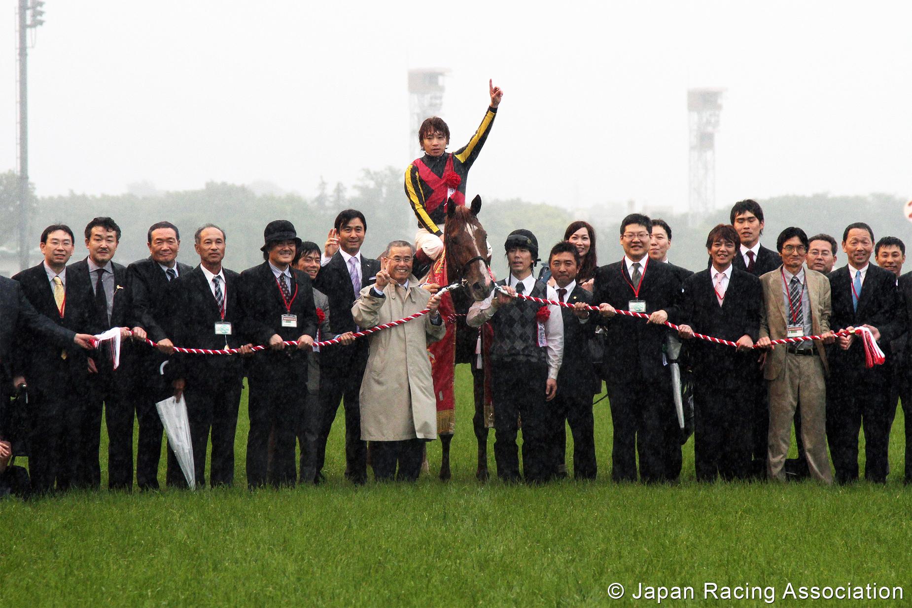 オルフェーヴル 悪路も馬群も蹴散らし二冠達成 © JRA