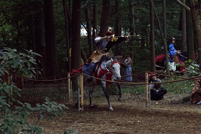 全速力で駆ける馬の背で両手を離して的を狙う...神業です。。